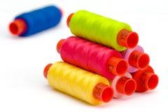 Bobinas multicoloras del hilado Imagen de archivo libre de regalías
