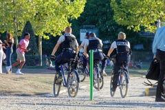 Bobinas parisienses da bicicleta na patrulha imagem de stock