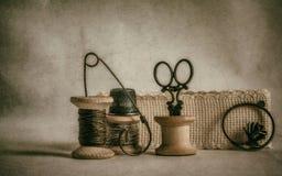 Bobinas viejas y accesorios de costura del vintage Foto de archivo libre de regalías