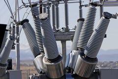 Bobinas y alambres de la central eléctrica fotografía de archivo libre de regalías