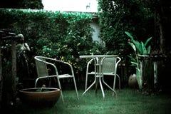 Bobinatoio a cono di rilassamento nelle sedie di giardino fotografia stock