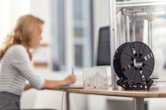 Bobine avec le filament se tenant sur le bureau de travail Image stock