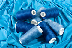 Bobine blu dei filetti sul panno blu Immagini Stock