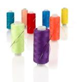 Bobine colorate con gli aghi Immagini Stock Libere da Diritti
