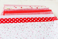 Bobine colorate del tessuto del filo e delle forbici per cucire Fotografia Stock Libera da Diritti