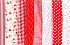 Bobine colorate del tessuto del filo e delle forbici per cucire Immagini Stock Libere da Diritti