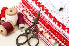 Bobine colorate del tessuto del filo e delle forbici per cucire Immagine Stock