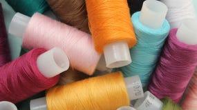 Bobine con i fili colorati Fotografia Stock