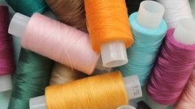 Bobine con i fili colorati Fotografie Stock Libere da Diritti
