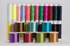 Bobine con i fili di colore Fotografie Stock