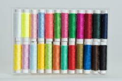 Bobine con i fili di colore Fotografia Stock