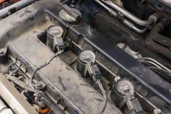 Bobine d'allumage et bougies d'une vieille voiture sale Photo stock