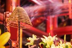 Bobine d'encens brûlant avec de la fumée blanche à l'arrière-plan de temple bouddhiste image stock