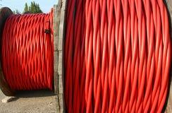 Bobine de cable électrique à haute tension la puissance l'utilitie électrique Images libres de droits