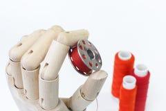Bobine de couture dans la main en bois photos libres de droits