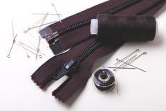 Bobine de couture de goupilles, de ciseaux, de tirette et de plastique avec la couleur thr Photo stock