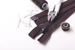 Bobine de couture de goupilles, de ciseaux, de tirette et de plastique avec la couleur thr Photos stock
