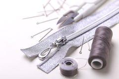 Bobine de couture de goupilles, de ciseaux, de tirette et de plastique avec la couleur thr Photo libre de droits