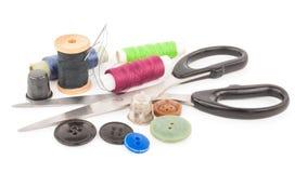 Bobine de fil avec des boutons et des ciseaux Image libre de droits