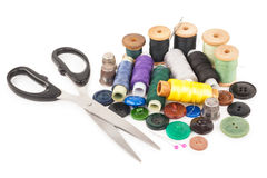 Bobine de fil avec des boutons et des ciseaux Photo libre de droits