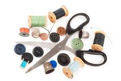 Bobine de fil avec des boutons et des ciseaux Photos stock