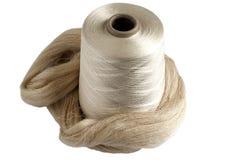 Bobine de fil en soie et écheveau en soie cru Images stock