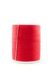 Bobine de fil et d'aiguille rouges Image stock