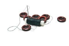 Bobine de fil et de boutons sur le blanc Images stock