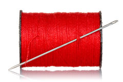 Bobine de fil rouge avec l'aiguille Images stock