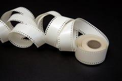 Bobine de film blanche sur un fond noir Image stock