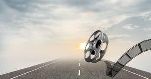 Bobine de film contre la route et le ciel à l'arrière-plan Photo libre de droits