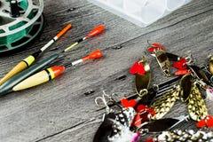 Bobine de Fishig, amorces de fer et bobbers Images stock