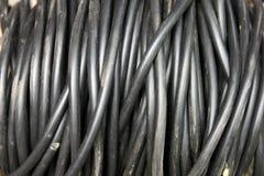 Bobine de grand foreg isolé électrique sale noir de plan rapproché de câble Image libre de droits