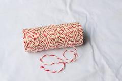 Bobine de la ficelle du boulanger rouge et blanc Photographie stock libre de droits