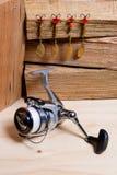 Bobine de pêche avec des attraits en métal Image libre de droits