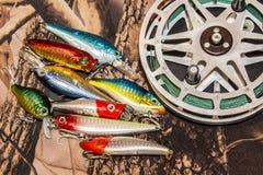 Bobine de pêche avec les wobblers fabriqués à la main pour pêcher sur le camouflage Image libre de droits