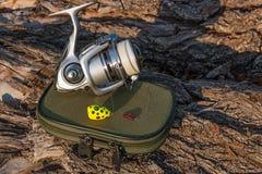 Bobine de pêche et appât sur le fond naturel Photo libre de droits