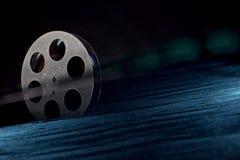 Bobine de pellicule cinématographique sur l'obscurité photographie stock
