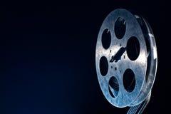 Bobine de pellicule cinématographique sur l'obscurité photographie stock libre de droits