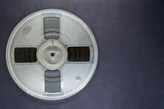 Bobine de rotation du vieux magnétophone placé sur Grey Background Surface avec l'espace libre photos libres de droits