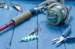 Bobine de rotation et de rotation pinces cuillère blanc d'isolement par pêche d'amorce de fond Photos libres de droits