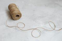 Bobine de toile de fil sur un fond gris texturisé image libre de droits