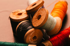 Bobine de vintage de fil et de dé sur un fond en bois Photographie stock