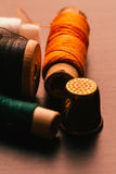 Bobine de vintage de fil et de dé sur un fond en bois Images stock
