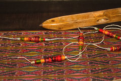 Bobine de weavin traditionnel thaïlandais de tissu de fil et de bobine en bois Images libres de droits