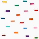 Bobine dei fili di cucito di colore su bianco Fotografia Stock