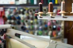 Bobine dei fili nella sezione di cucitura Fotografia Stock Libera da Diritti