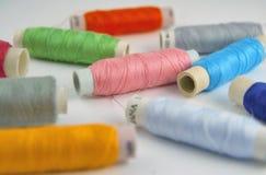 Bobine dei fili variopinti Fotografia Stock