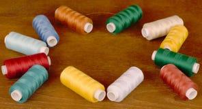 Bobine del filato cucirino dei colori differenti Fotografie Stock Libere da Diritti