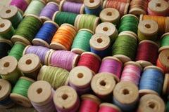 Bobine del filetto colorato fondo eterogeneo multicolore fotografia stock libera da diritti
